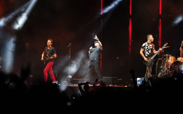 Brian Johnson reaparece tras su accidente cantando con Muse