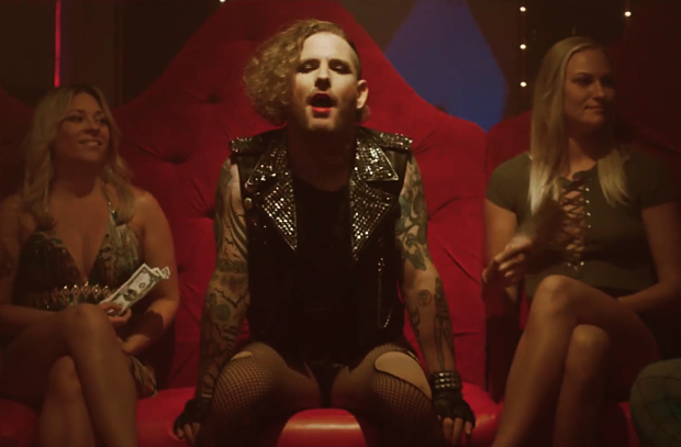 Corey Taylor se transforma en drag queen en nuevo video de Stone Sour