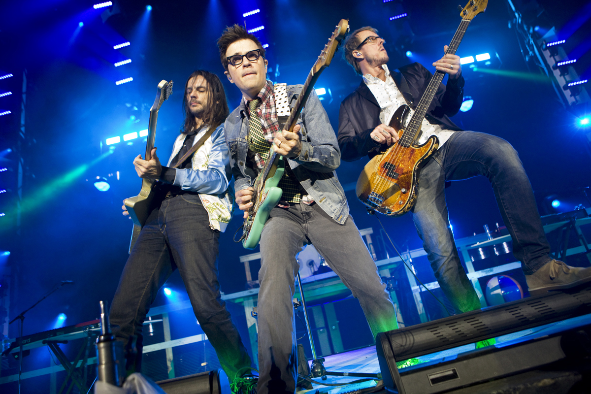 "Weezer anticipa la llegada de su Álbum Negro con el single ""Can't Knock The Hustle"""