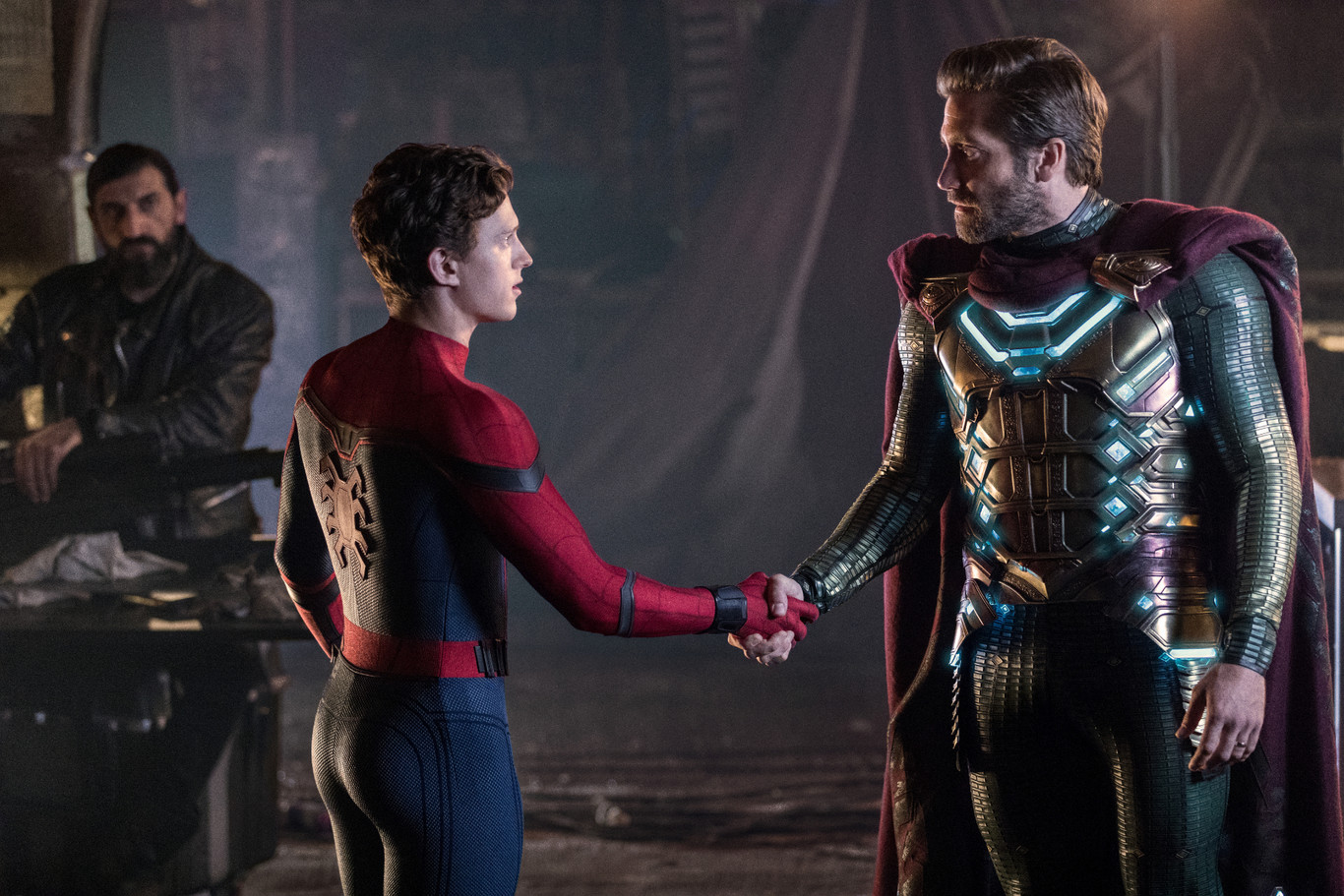 Mira a Mysterio salvar a Peter Parker en una nueva escena de Spider-Man: Far From Home